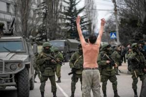 z15549632V,Balaklawa--Ukrainiec-stoi-przed-wojskowymi--blokuj